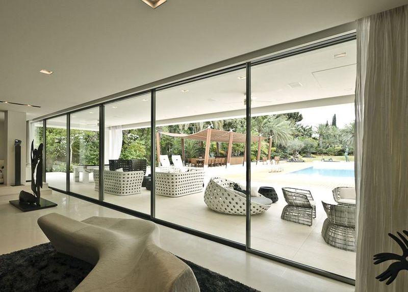 Produzione alzanti scorrevoli in pvc e vetrate reale infissi for Prezzi porte finestre in alluminio